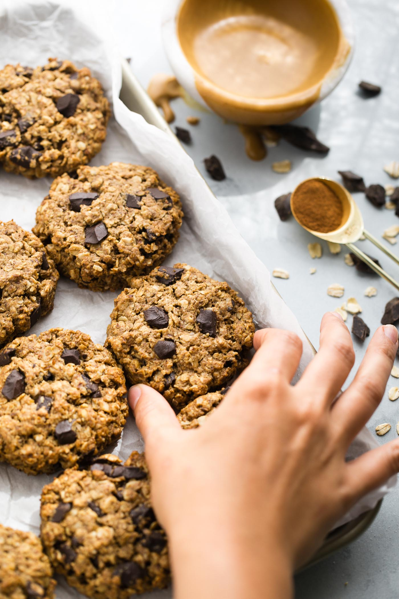 healthy peanut butter breakfast cookies loaded with oats, flax, & dark chocolate chunks! these peanut butter breakfast cookies are the best way to start any day - especially when you dunk 'em into a cup of coffee! #peanutbutter #healthybreakfastrecipe #mealpreprecipe #breakfastcookies #playswellwithbutter