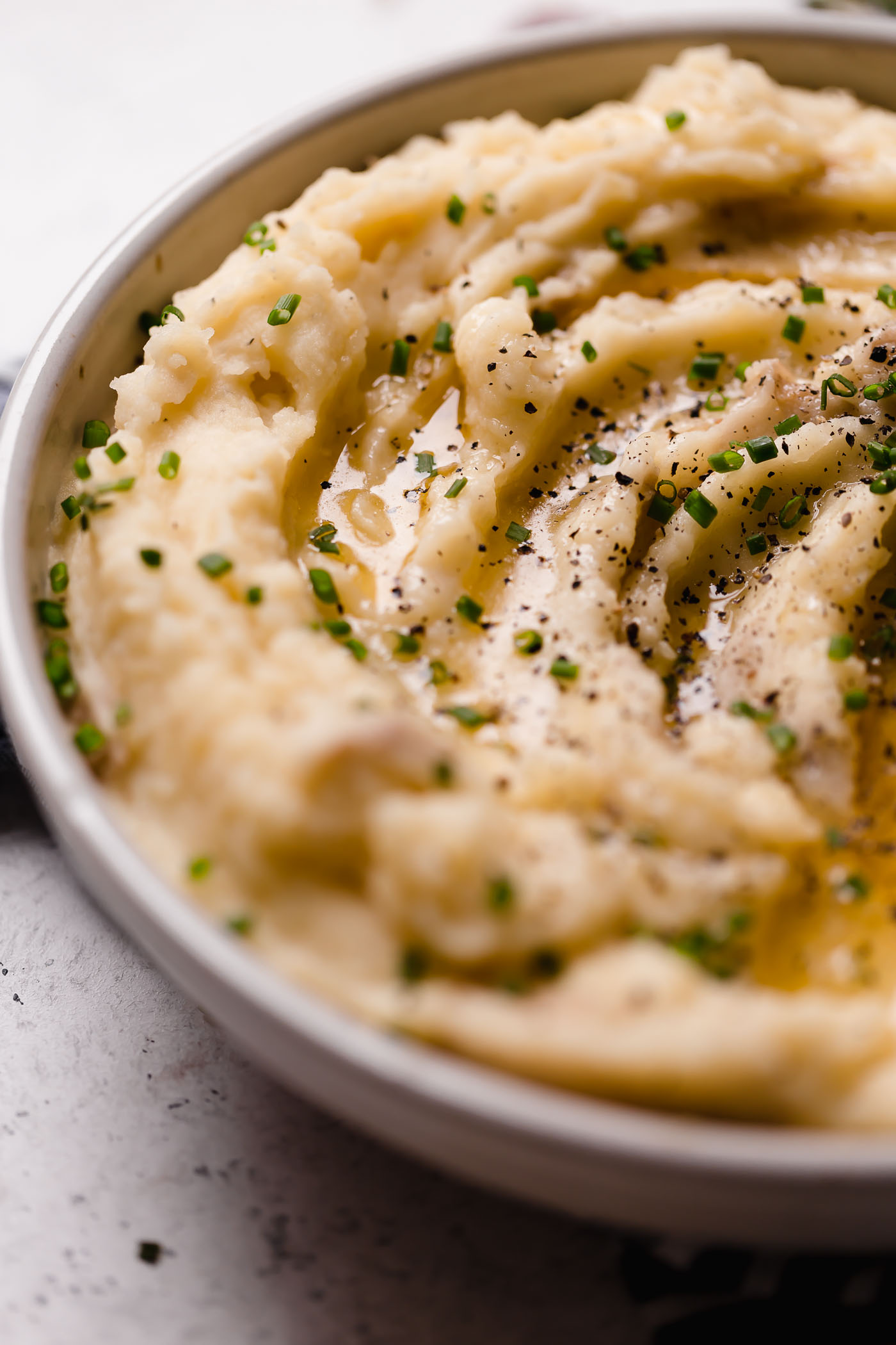 roasted garlic buttermilk mashed potatoes. an easy & ultra creamy roasted garlic buttermilk mashed potatoes recipe! yukon gold potatoes get mashed until perfectly creamy with butter & buttermilk, then finished with deeply caramelized roasted garlic. the perfect side dish for thanksgiving or any comfort food dinner! #playswellwithbutter #buttermilkmashedpotatoesrecipe #roastedgarlicbuttermilkmashedpotatoes #easymashedpotatoes #bestmashedpotatoes #thanksgivingsidedish #thanksgivingrecipe #comfortfood