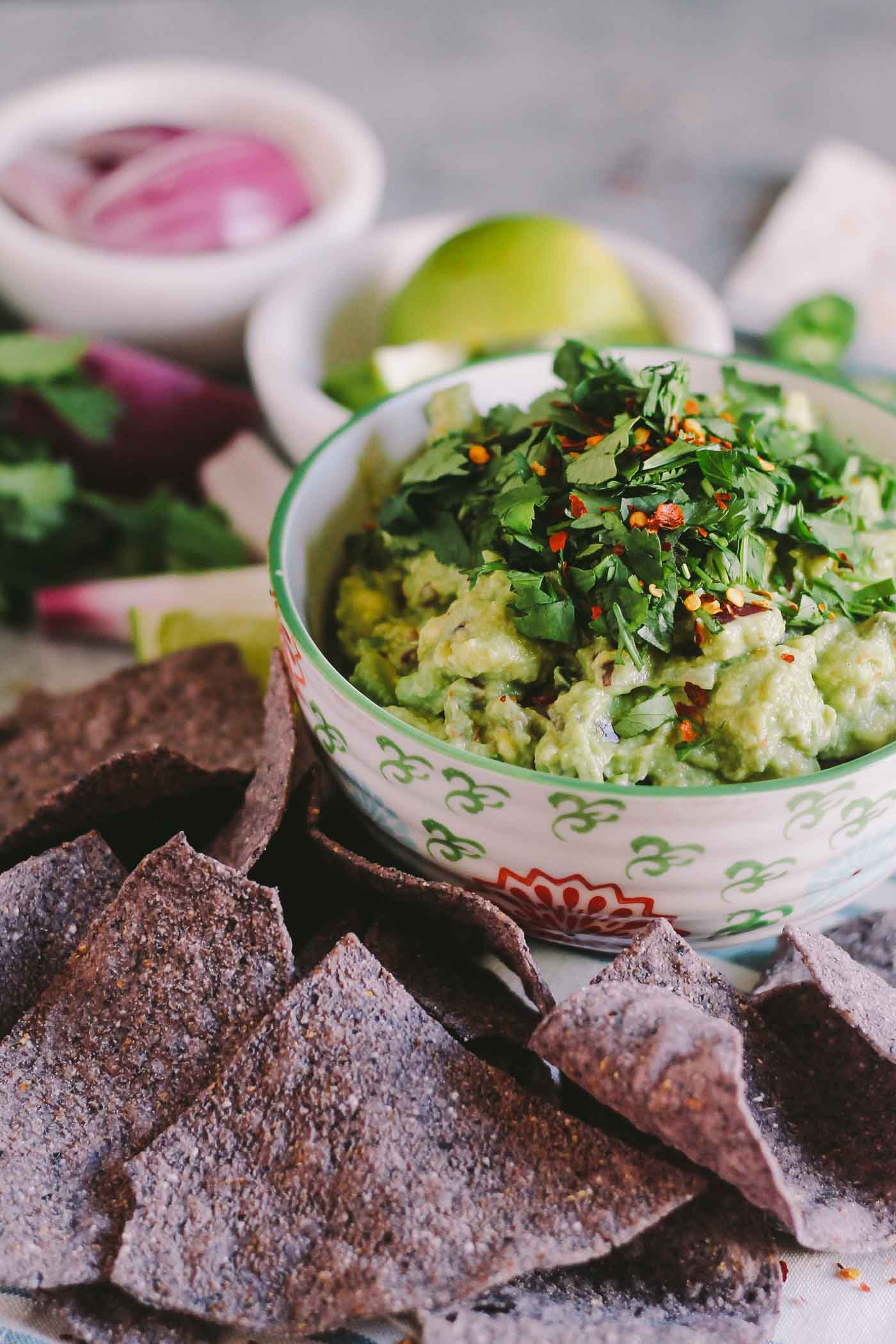 a foolproof, restaurant-worthy method to making the best guacamole at home, every single time. this guacamole recipe will soon become a staple recipe in your house & don't be surprised when all your friends start requesting it whenever you see them! | best guacamole recipe, mexican recipe, cinco de mayo idea, appetizer, snack |